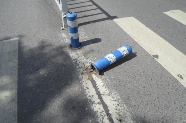 普通隔离路桩易被破坏.jpg